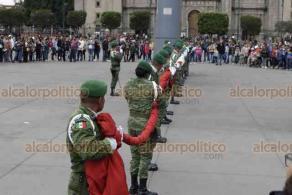 Ciudad de México, 19 de enero de 2020.- En el Zócalo, militares arriaron la bandera nacional ante la mirada de cientos transeúntes y visitantes.