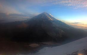 Este lunes, el Pico de Orizaba amaneció parcialmente de blanco tras la nevada registrada ayer domingo por el Frente Frío 32, informó Protección Civil.