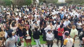 Coatzacoalcos, Ver., 20 de enero de 2020.- Empleados que participaron en la hipótesis de sismo en el Palacio Municipal, fueron evacuados y permanecieron en el Parque Independencia durante la contingencia. Minutos más tarde, continuaron sus actividades normales.