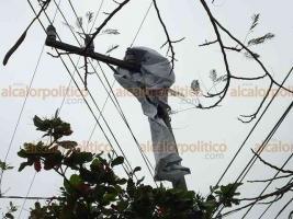 Veracruz, Ver., 20 de enero de 2020.- Esta tarde las ranchas de viento alcanzaron los 90.6 Km/h en la ciudad, afectando un anuncio espectacular cuya lona terminó entre cables de alta tensión sobre la calle 20 de Noviembre.