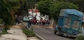 """Jilotepec, Ver., 20 de enero de 2020.- Luego de protestar en la primaria """"Carlos A. Carrillo"""", padres inconformes bloquearon la carretera Xalapa-Misantla, a la altura del Panteón Municipal, pero debido a la lluvia liberaron el paso a los vehículos cerca de las 18:00 horas."""