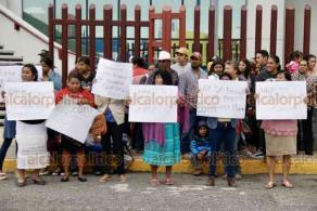 Boca del Río, Ver., 21 de enero de 2020.- Unos 30 jamapenses se manifestaron afuera del Poder Judicial de la Federación. Exigen sea liberado el Palacio Municipal de Jamapa, el cual lleva casi 15 días tomado por inconformes por despido de personal.