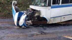 Tepetlán, Ver., 22 de enero de 2020.- Un auto chocó contra un autobús de la línea Banderilla; su conductora perdió el control e invadió el carril contrario de circulación, sobre la carretera Naolinco-Tepetlán, a la altura de San Miguel de Los Suelos. Se reportaron dos personas lesionadas.