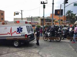 Xalapa, Ver., 23 de enero de 2020.- Motopatrullero de la SSP resultó lesionado tras ser impactado por un auto, en el cruce de la avenida Enríquez y Clavijero. Señalan que el oficial bajaba de Clavijero sin sirena. Fue llevado a la clínica 11 del IMSS.