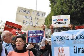 """Xalapa, Ver. 23 de enero de 2020.- Integrantes de grupos """"pro familia"""" que están contra la reforma al Código Civil del Estado que permitiría matrimonio gay, se apostaron afuera del recinto legislativo, donde exhiben pancartas de rechazo."""