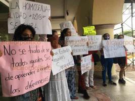 Veracruz, Ver., 23 de enero de 2020.- Grupo de feministas se manifestó afuera del edificio donde ofrecería conferencia de prensa Mauricio Clark, quien ha afirmado que la homosexualidad es curable.