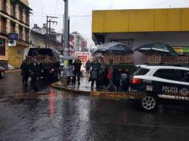 Xalapa, Ver., 23 de enero de 2020.- Elementos de la Secretaría de Seguridad Pública intervinieron a unos jóvenes por presuntamente beber en la vía pública, en la esquina de la calle Clavijero y Altamirano.