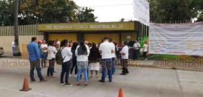 Veracruz, Ver., 24 de enero de 2020.- Padres de familia de la Escuela Secundaria Técnica Industrial 26, bloquearon un carril de la avenida Salvador Díaz Mirón, protestan por la falta de docentes de diferentes materias en varios grupos.