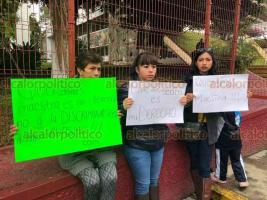 """Xalapa, Ver., 24 de enero de 2020.- Padres de familia del jardín de niños """"Sor Juana Inés de la Cruz"""" de la colonia Santa Rosa, se manifestaron este viernes en las instalaciones de la SEV. Piden se asignen dos profesores solicitados desde el año pasado."""
