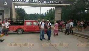 Papantla, Ver., 24 de enero de 2020.- Habitantes de la comunidad El Tajín bloquearon el acceso principal a la zona arqueológica en protesta porque el Instituto Nacional de Antropología e Historia clausuró una obra que les beneficia.