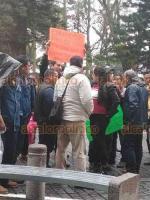Xalapa, Ver., 24 de enero de 2020.- Trabajadores de Limpia Pública del ayuntamiento se manifestaron por unos momentos afuera del Palacio Municipal, luego fueron invitados a pasar.