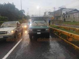 Xalapa, Ver., 24 de enero de 2020.- Taxi choca por alcance contra una camioneta Chevrolet, cuando circulaba sobre la carretera Xalapa-Coatepec, a la altura del puente Consolapa con dirección a Coatepec, no hubo personas lesionadas.