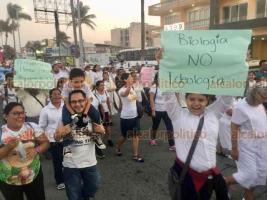 """Veracruz, Ver., 25 de enero 2020.- Ciudadanos provida participaron en la """"Marcha X la Familia"""", vestidos de blanco, recorrieron el bulevar Ávila Camacho hasta la Macroplaza."""