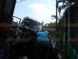 Yanga, Ver., 26 de enero de 2020.- Tres personas lesionadas —dos mujeres y un hombre— fue el resultado de un choque entre un camión carguero y una camioneta en la carretera estatal Omealca-Tezonapa.