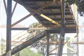 Xalapa, Ver., 27 de enero de 2020.- A pesar de reportes desde el año pasado sobre la fragilidad del puente peatonal en Arco Sur ubicado cerca de la Fiscalía, por estar despegado de una base, la estructura continúa sin ser reparada.