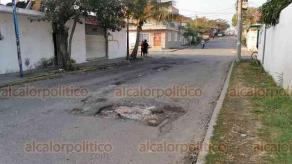 Veracruz, Ver., 28 de enero de 2020.- Las calles de la colonia Ampliación Miguel Hidalgo se encuentran en pésimas condiciones. Baches, hoyancos y registros sin tapa son el diario escenario de quienes habitan en la zona.