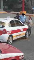 Veracruz, Ver., 28 de enero de 2020.- En el fraccionamiento Dorado Real, dos mujeres y un menor que viajaban en una moto resultaron lesionados tras ser impactados por el taxi VB-4266. Los heridos fueron trasladados por la Cruz Roja a un hospital. Personal de Policía Estatal y Tránsito Municipal tomaron conocimiento del percance.