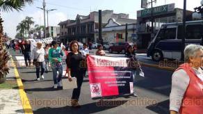 Orizaba, Ver., 29 de enero de 2020.- Como en diferentes zonas del Estado, en este municipio también salieron a las calles trabajadores del SETSUV para rechazar la propuesta de aumento que les ha ofrecido la UV.