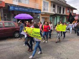 Xalapa, Ver., 29 de enero de 2020.- Integrantes del SETSUV marcharon por el centro de la capital para solicitar a las autoridades de la Máxima Casa de Estudios de Veracruz incremento salarial.