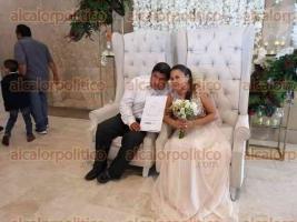Boca del Río, Ver, 15 de febrero de 2020.- Este sábado, 327 parejas contrajeron matrimonio en el marco del Día del Amor y la Amistad. Los nuevos esposos se llevaron su acta de matrimonio civil y un regalo por parte del DIF Municipal.