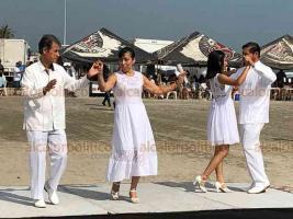 Veracruz, Ver., 16 de febrero de 2020.- Previo al tradicional partido de béisbol de Solteras contra Casadas, el grupo Pasión por el Danzón, deleitó a los asistentes de Playa Martí.