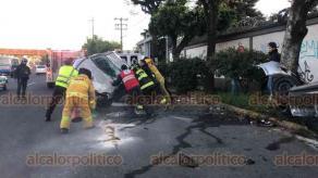 Xalapa, Ver., 17 de febrero de 2020.- Dos autos quedaron completamente volcados, luego que uno de los conductores cambiara de carril sin precaución y provocara el choque que los hizo perder el control de sus unidades.