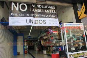 Xalapa, Ver., 17 de febrero de 2020.- En el mercado Jáuregui y en negocios de la calle Altamirano fueron colocadas lonas para rechazar a vendedores ambulantes en el Centro Histórico.