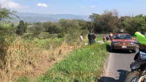 Xalapa, Ver., 17 de febrero de 2020.- Una camioneta se salió del camino y terminó volcada, sobre la carretera Xalapa-Alto Lucero, a la altura de la salida de la colonia 6 de Enero. No se reportaron lesionados. Fuerza Civil acordonó el sitio del accidente.