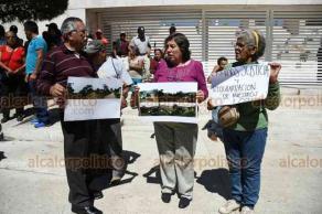 Xalapa, Ver., 17 de febrero de 2020.- Vecinos de la colonia Nuevo Tecozolco, del Municipio de Coatepec, se manifestaron ante la Fiscalía y denuncian que fueron defraudados en la venta de los terrenos, por lo que exigen justicia.