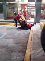 Veracruz, Ver., 18 de febrero de 2020.- Un empleado de un OXXO y un cliente se trenzaron a golpes afuera de la tienda, la noche de este lunes, las compañeras del trabajador trataban de detener la pelea. Al final, ambos fueron arrestados.