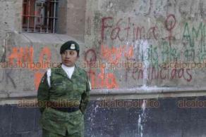Ciudad de México, 18 de febrero de 2020.- Afuera de Palacio Nacional, policías militares resguardan la puerta Mariana y personal de limpieza retira basura, tras la protesta de feministas para exigir respeto a las víctimas de feminicidio por parte del presidente Andrés Manuel López Obrador.