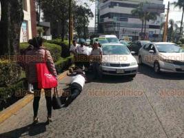 Xalapa, Ver., 19 de febrero de 2020.- Una mujer fue atropellada sobre la avenida Manuel Ávila Camacho, frente al Teatro del Estado. Al sitio arribaron policías estatales y paramédicos de APRIAC, que la trasladaron al Hospital Civil.