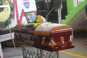 Boca del Río, Ver., 19 de febrero de 2020.- Compañeros de trabajo y colegas despidieron con una guardia de honor al paramédico y rescatista, Fausto Santos Torres, quien falleció víctima del cáncer, en el cuartel de Bomberos Conurbados de Boca del Río y en la delegación de la Cruz Roja, donde también colaboró.