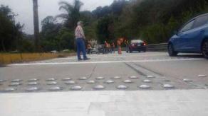 Coatepec, Ver., 20 de febrero de 2020.- Como parte de los trabajos que realizan para reducir accidentes sobre la Xalapa-Coatepec, personal de la SIOP colocó reductores de velocidad a la altura de Arenales y Río Sordo, personal de Tránsito abandera la zona.