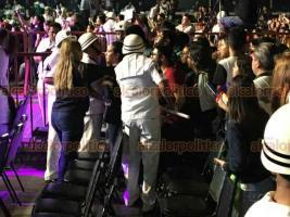 Veracruz Ver., 20 de febrero 2020.- Durante la coronación de la Corte Infantil del Carnaval se presentó Emilio Osorio, hijo de Niurka Marcos. Al comenzar el concierto se podían observar asientos vacíos frente al escenario, mientras jóvenes en partes posteriores buscaban acercarse, confrontándose con guardias.
