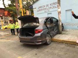 Xalapa, Ver., 21 de febrero de 2020.- Dos autos chocaron en Américas y Pípila, en la capital. Por el impacto, la unidad Honda salió proyectada contra barda de un kínder, en tanto que el Chevrolet terminó chocando contra poste.