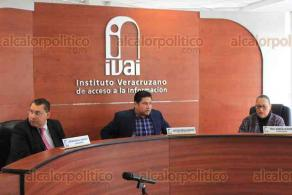 Xalapa, Ver., 21 de febrero de 2020.- El consejero presidente del IVAI, José Rubén Mendoza Hernández, presidió la sesión pública extraordinaria, acompañado por los consejeros Yolli García Álvarez y Arturo Mariscal Rodríguez.