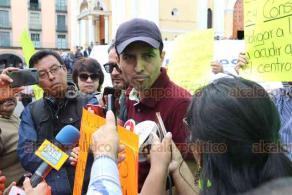 Xalapa, Ver., 21 de febrero de 2020.- Un grupo de personas se manifestó en la Plaza Lerdo para denunciar que fueron despedidos de manera injustificada tras haber laborado un año en la Secretaría de Desarrollo Social.