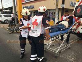 Veracruz Ver., 21 de febrero de 2020.- Una camioneta conducida por una mujer de 50 años de edad impactó a un motociclista y a su acompañante en la avenida Cuauhtémoc esquina con Lerdo de la colonia centro. Ambos resultaron lesionados y fueron trasladados a la Cruz Roja por la ambulancia de la misma dependencia.
