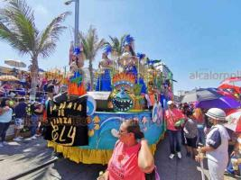 Veracruz, Ver., 23 de febrero de 2020.- Los asistentes al Segundo Gran Desfile de Carnaval de este domingo disfrutaron de un ambiente soleado y caluroso, bailando al ritmo de la música de las comparsas y los extravagantes carros alegóricos.