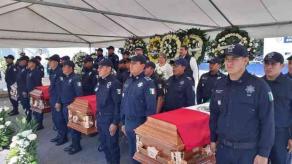 Córdoba, Ver., 23 de enero de 2020.- Sin permitirse el acceso a la prensa, en el Mando Único fueron despedidos los cuatro policías que murieron al cumplir su deber este sábado. Llegaron familiares de los elementos, autoridades de SSP y municipales.