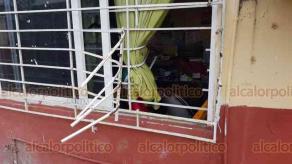 """Coatzacoalcos, Ver., 24 de febrero de 2020.- Ladrones cortaron la protección de la Dirección de la escuela """"Leona Vicario"""", en la colonia Lomas de Barrillas, de donde se llevaron aparatos electrónicos por un monto de 70 mil pesos."""