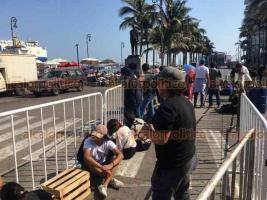 Boca del Río, Ver., 24 de febrero de 2020.- Desde la noche del domingo, jóvenes hacen fila en la Macroplaza del Malecón para apartar su lugar para el concierto de los reggaetoneros Dalex y Sech.