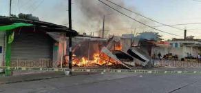 Minatitlán, Ver., 24 de febrero de 2020.- Bomberos sofocaron el incendio suscitado este lunes en 2 locales y una casa usada como bodega, en la colonia Playón Sur.