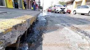 Veracruz, Ver., 25 de febrero de 2020.- Desde hace un mes, una fuga de aguas negras inunda la calle Francisco Canal, entre Bravo y Guerrero, en el centro. Vecinos refieren que hay dos registros tapados y lo reportaron al Grupo MAS pero el problema no ha sido solucionado.