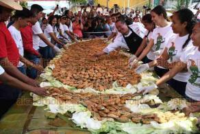 Coyolillo, Ver., 25 de febrero de 2020.- Como parte de las actividades del Carnaval de esta localidad, se realizó el Quinto Chiletón, evento que buscó recolectar la mayor cantidad de chiles rellenos, los cuales posteriormente fueron repartidos entre los asistentes.