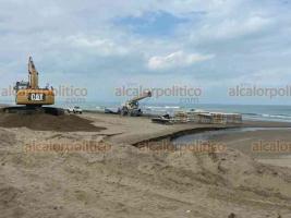"""Coatzacoalcos, Ver., 25 de febrero de 2020.- Cada que un """"Norte"""" pega en el municipio, se forman montículos de tierra en el malecón costero, impidiendo el paso de vehículos. Ahora, Obras Públicas instala estructuras para contener la arena."""