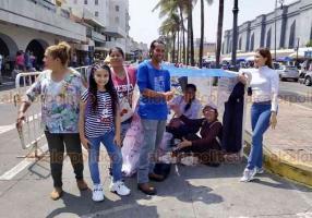 Veracruz, Ver., 25 de febrero de 2020.- Como ocurrió con otros artistas, desde temprana hora personas hicieron fila para ingresar al concierto de Emmanuel y Mijares, en el Carnaval de Veracruz.