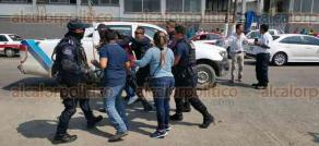 Tuxpan, Ver., A 25 de febrero de 2020.- Empleados del Ayuntamiento de Benito Juárez se opusieron a una infracción de Tránsito y fueron detenidos por la Policía Municipal, en el bulevar Reyes Heroles.
