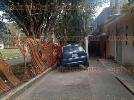 Xalapa, Ver., 25 de febrero de 2020.- Un conductor en aparente estado de ebriedad chocó contra la malla de unas canchas de futbol, en la calle Uno Norte de la colonia Rafael Hernández Ochoa.